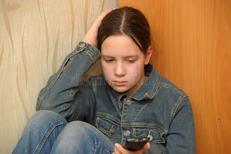 Verstoord meisje met telefoon stock foto