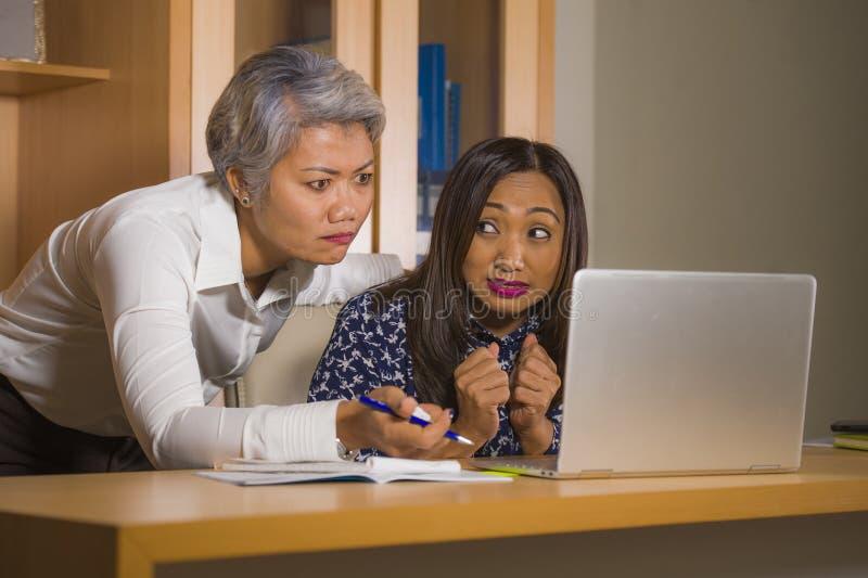 Verstoorde bedrijfsvrouw die en op werknemersmeisje boos zeuren berispen voor computerfout in bureau chef- of belangrijkst gezag  royalty-vrije stock foto's