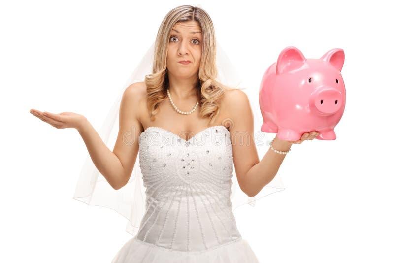 Verstoorde bruid die een piggybank houden en met haar hand gesturing royalty-vrije stock afbeelding