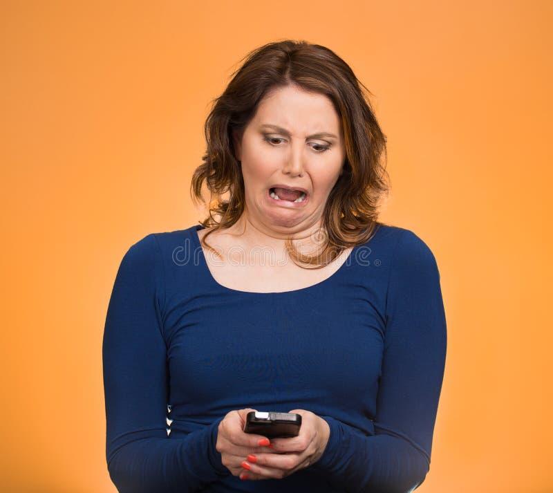 Verstoorde cellphone van de vrouwenholding royalty-vrije stock fotografie