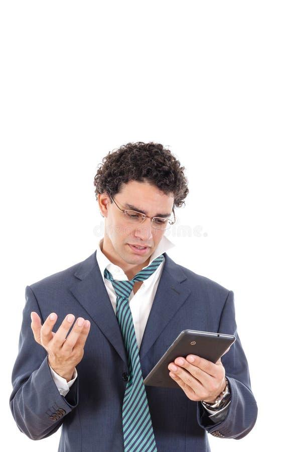 Verstoorde en vermoeide mens in de tablet van het kostuumgebruik voor online het gokken royalty-vrije stock afbeeldingen