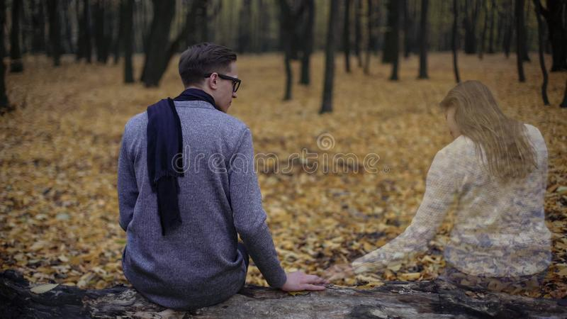 Verstoorde kerel die geliefd meisje missen, die aanwezigheid van haar ziel opzij voelen royalty-vrije stock foto