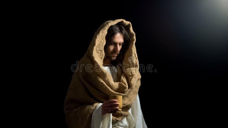 Verstoorde mens die in robe houten mok, christelijke hulp voor hongerige bedelaar houden, genade royalty-vrije stock foto's