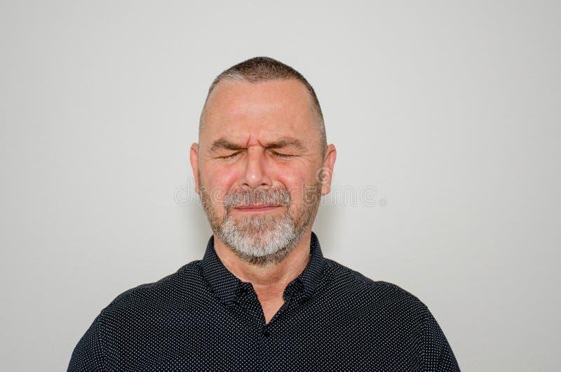 Verstoorde mens met gesloten ogen in angst stock foto's