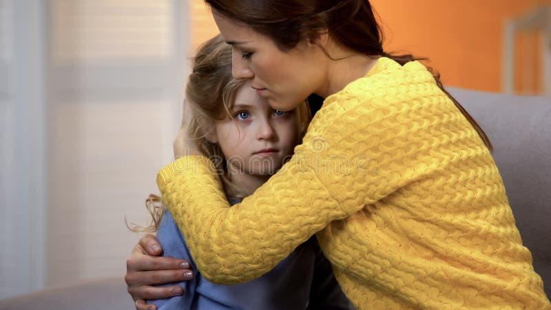 Verstoorde moeder die geschokte dochter koesteren, die pijn van relatief verlies, probleem voelen royalty-vrije stock afbeeldingen
