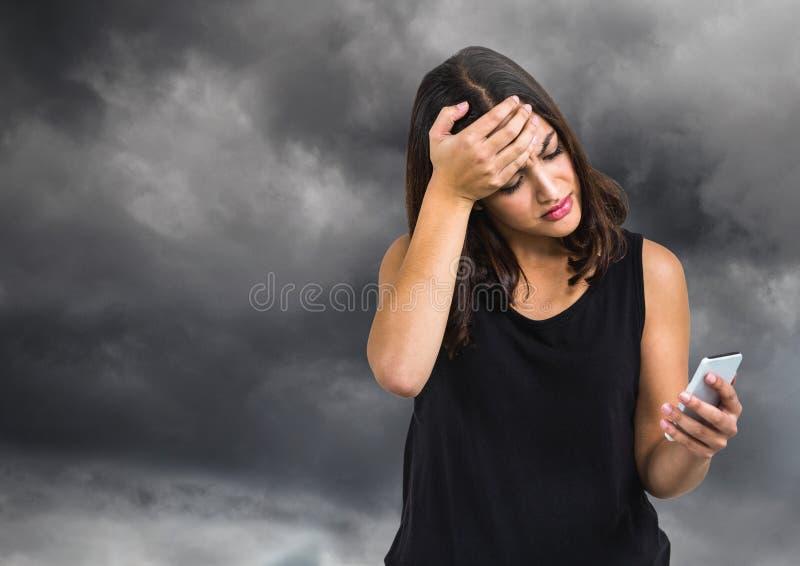 Verstoorde ongerust gemaakte vrouw tegen donkere bewolkte hemel stock foto's