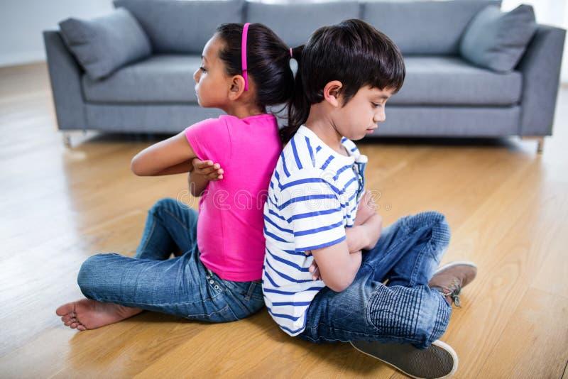 Verstoorde siblings die elkaar negeren royalty-vrije stock afbeelding
