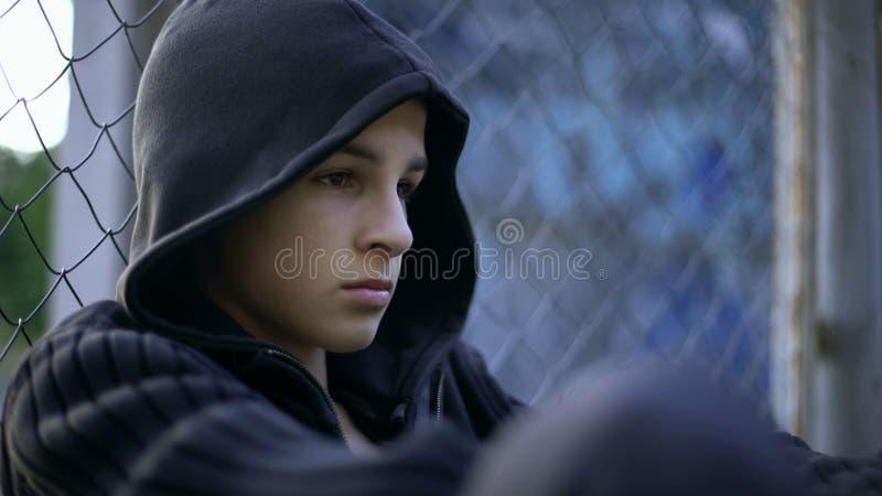 Verstoorde tiener die school aan intimidatie, dysfunctionele familie, depressieconcept lijden stock afbeelding