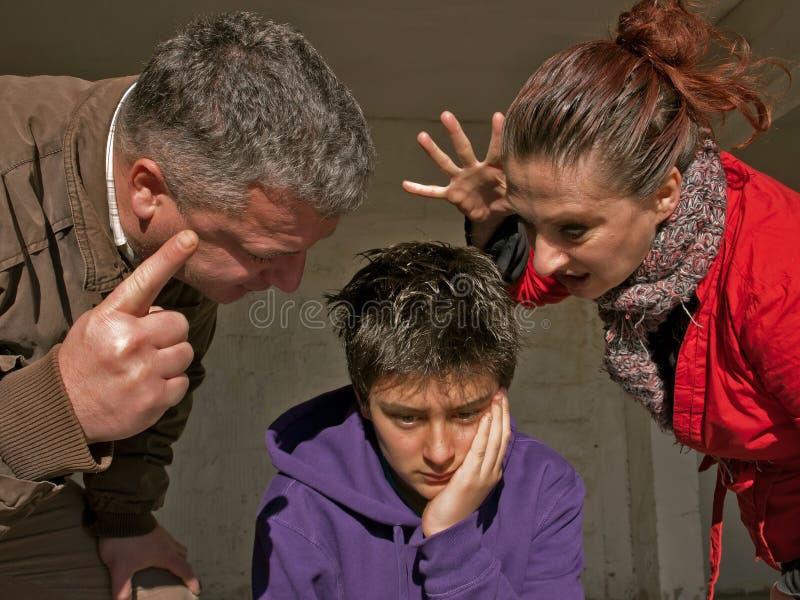 Verstoorde tiener en familie stock afbeelding