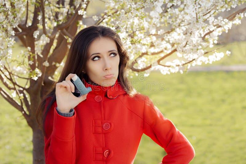 Verstoorde Vrouw met Inhaleertoestel in de Lente Bloeiend Decor stock afbeeldingen