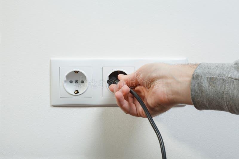 Verstopfung des elektrischen Kabels zum Sockel lizenzfreie stockbilder