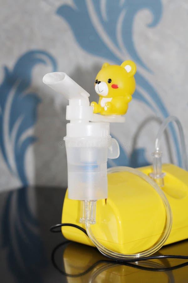 Verstuiver voor de behandeling van ademhalingsziekten inhalatie stock afbeeldingen