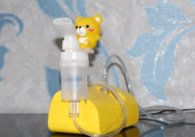 Verstuiver voor de behandeling van ademhalingsziekten inhalatie stock foto's