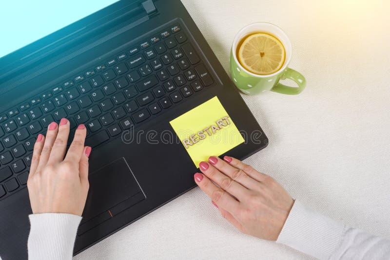 Versuch starten wieder Wiederholungs-Ausdauer aushalten Konzept neu Simsen Sie Wiederanlauf, von den hölzernen Buchstaben auf ein lizenzfreies stockfoto