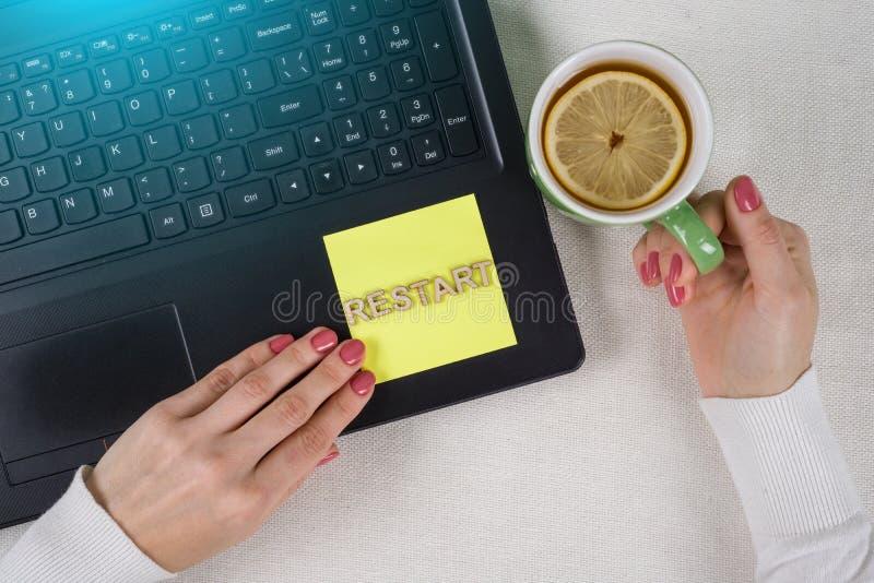 Versuch starten wieder Wiederholungs-Ausdauer aushalten Konzept neu Simsen Sie Wiederanlauf, von den hölzernen Buchstaben auf ein lizenzfreie stockfotos
