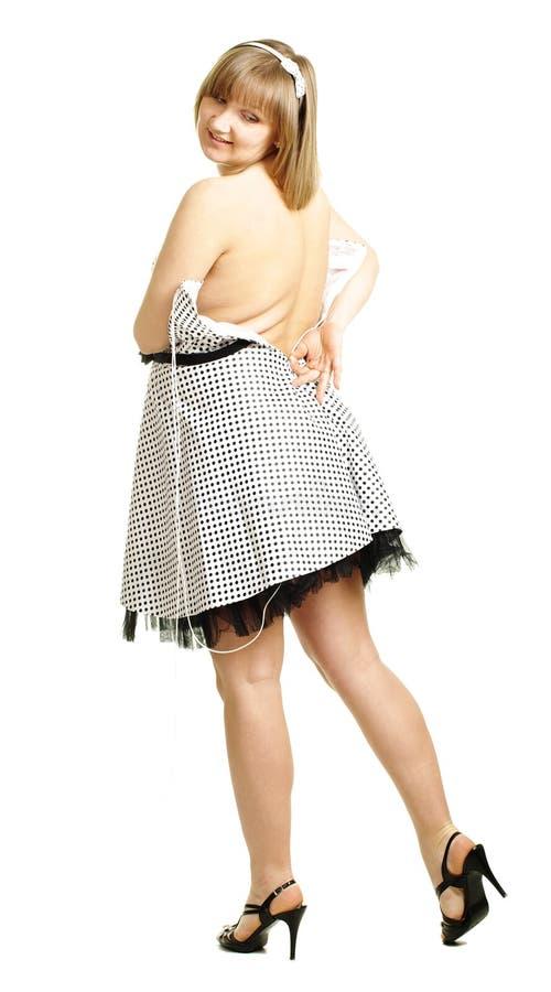 Versuche der schwangeren Frau, zum des Kleides zu befestigen lizenzfreie stockbilder