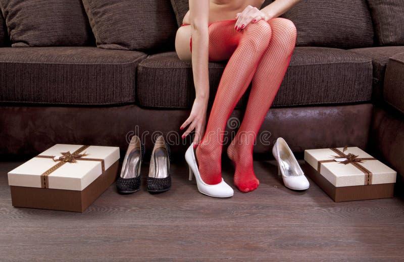Versuchen auf weißen Schuhen lizenzfreie stockbilder