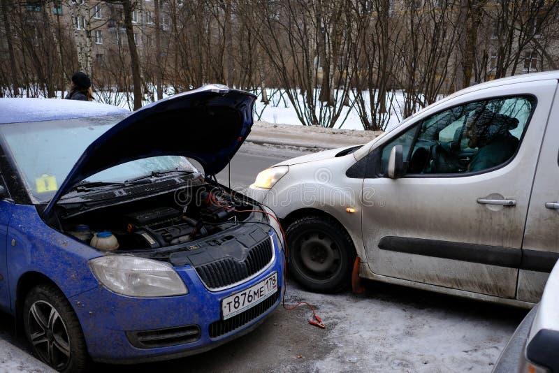 Versuchen Sie, die Maschine des Autos mit dem gesäten Batterie usi anzulassen stockbilder