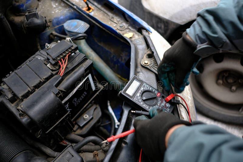Versuchen Sie, die Maschine des Autos mit dem gesäten Batterie usi anzulassen stockfoto