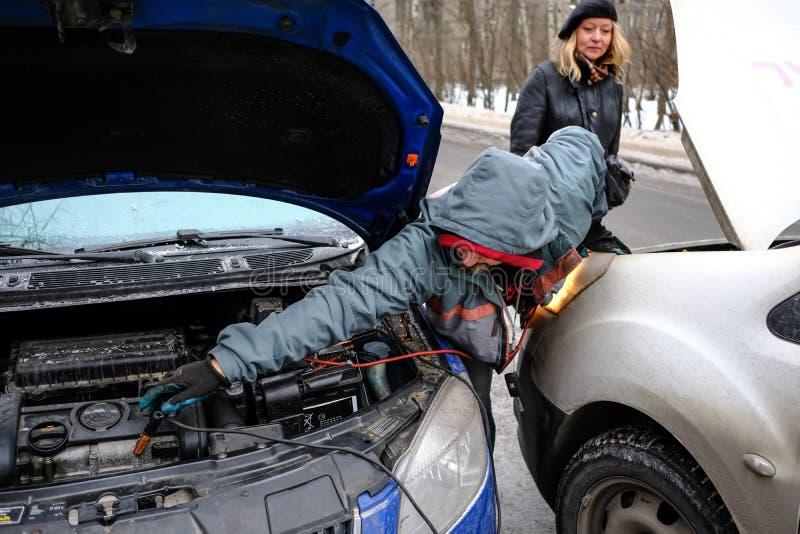 Versuchen Sie, die Maschine des Autos mit dem gesäten Batterie usi anzulassen stockfotos