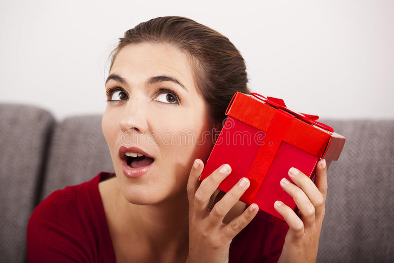 Versuchen, zu schätzen, was innerhalb des Geschenkes ist stockfoto