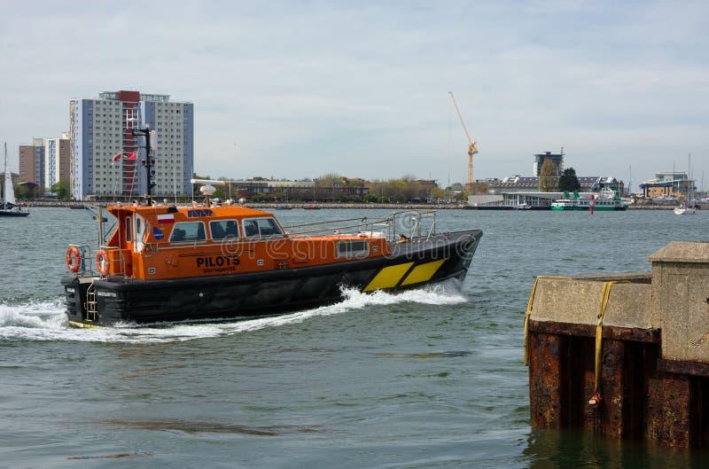 Versuchsboot, das Piloten u. von zu den Schiffen transportiert Portsmouth Gro?britannien lizenzfreie stockfotografie