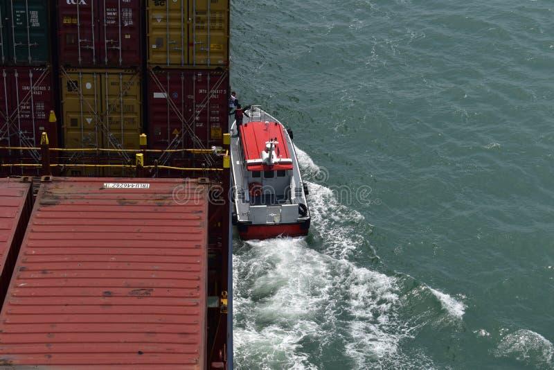 Versuchsboot im Dienst, Pilot, der an Bord kommt lizenzfreies stockfoto