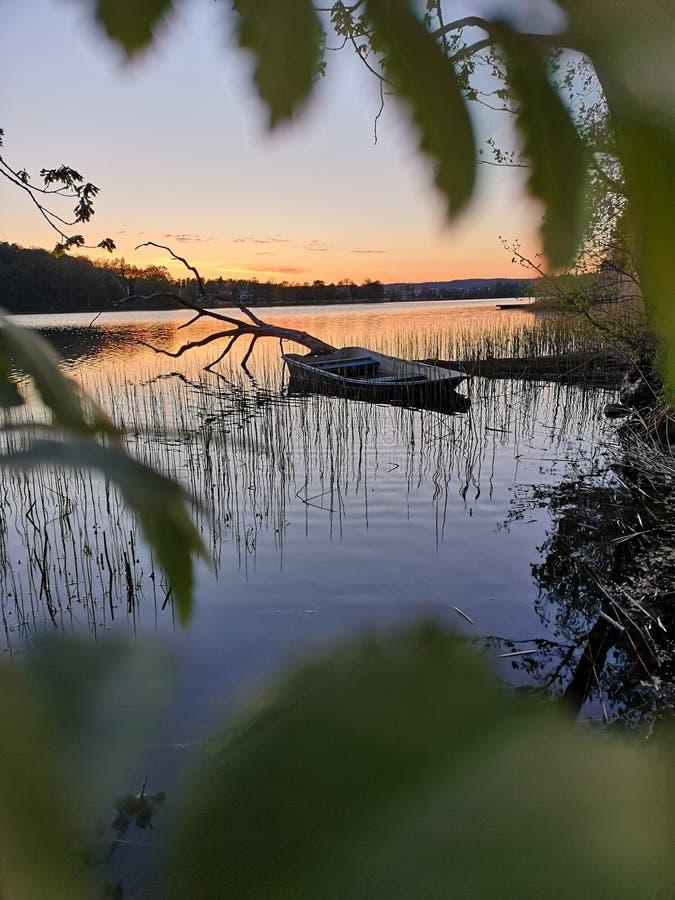 Versunkenes Boot im Sonnenuntergang stockfoto