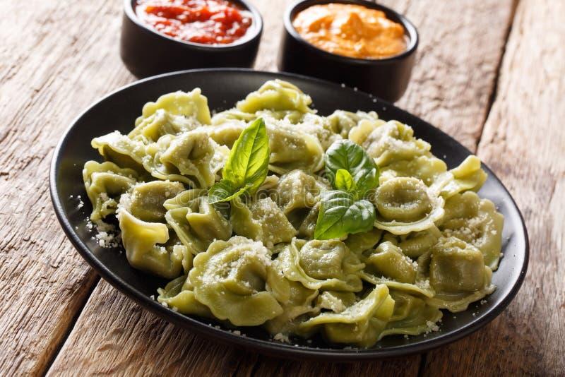 Vert authentique cappelletti, ravi d'épinards de recette de cuisine italienne photo stock