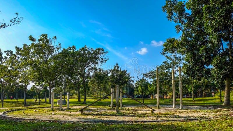 Vert bleu de ciel de bonheur de paysages d'amusement en bois de terrain de jeu d'arbre de parc naturel beau photo stock