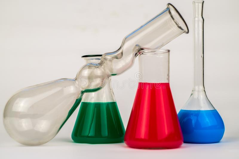 Vert-bleu rouge Flacons en verre de laboratoire photos libres de droits