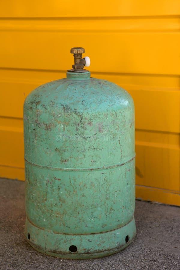 vert campant de gaz de conteneur au-dessus de jaune photographie stock libre de droits