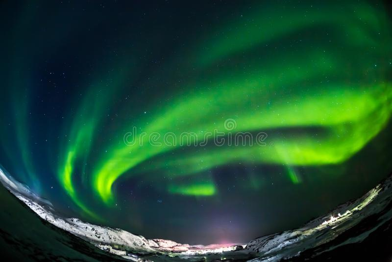 Vert d'aurora borealis sur Teriberka dans la région de Mourmansk photographie stock