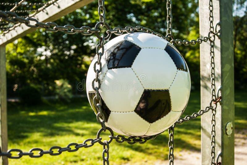 Vert d'herbe noir et blanc du football de cage de boule du football extérieur image libre de droits