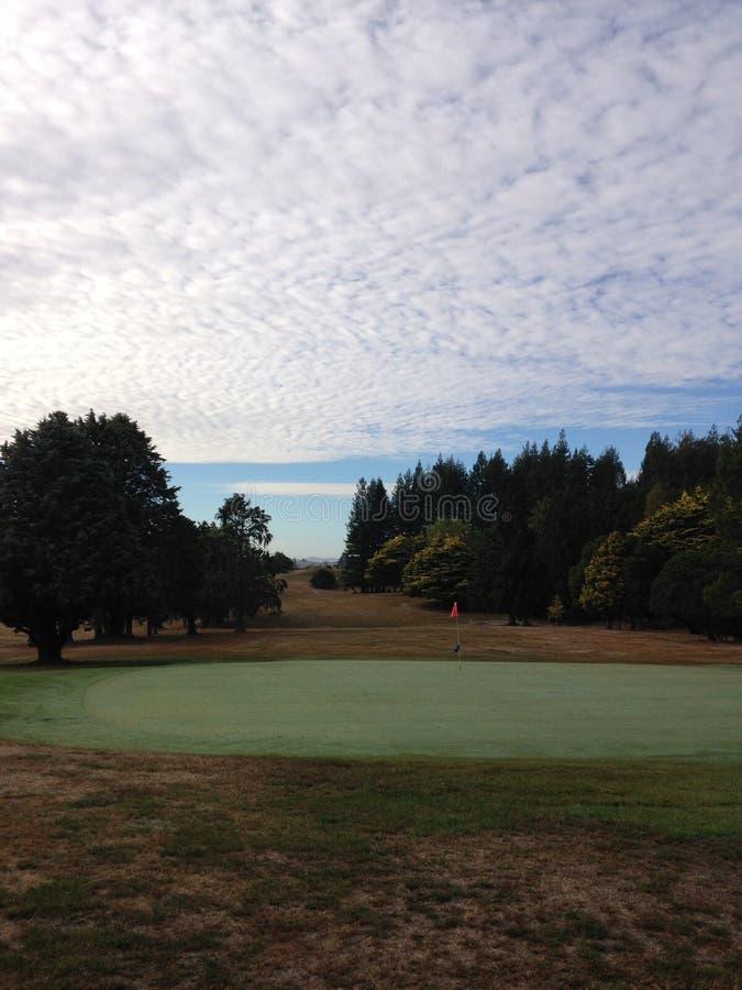 Vert de golf avec le ciel images libres de droits