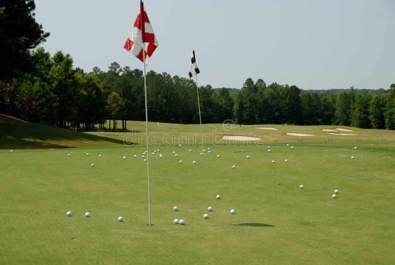 Vert de pratique sur le terrain de golf photos stock