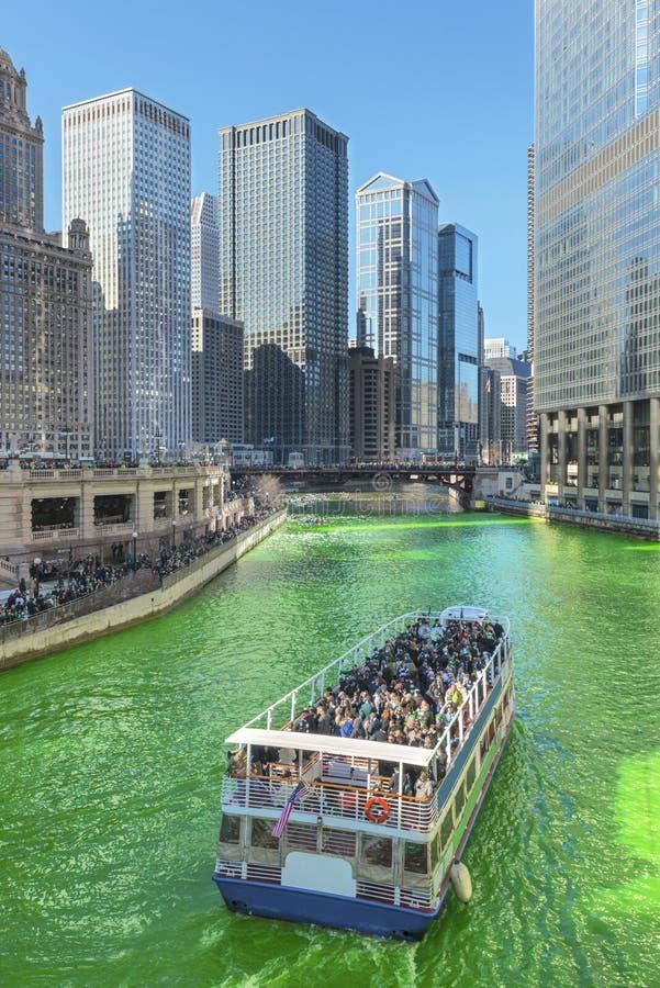 Vert de teinture de la rivière Chicago le jour de Patrics de saint photographie stock