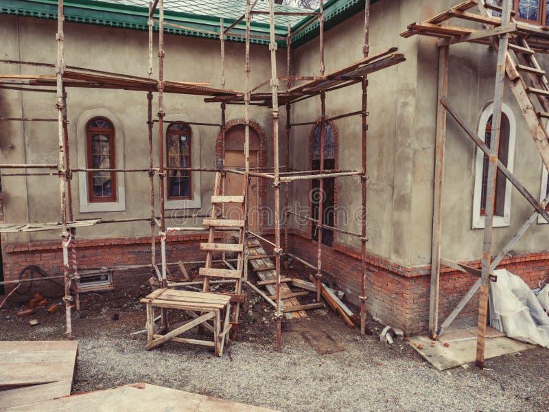 Vert de toit de débouché de plâtre d'escalier de ciment de désordre de forêt de brique de construction de logements de chantier photo libre de droits
