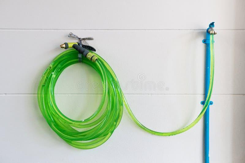Vert de tuyau avec la nature Ouvrez la valve avec de l'eau pour fournir l'eau pour l'injection images libres de droits