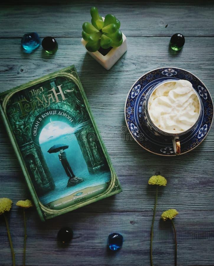 Vert discret flatlay avec le livre et le café photos stock