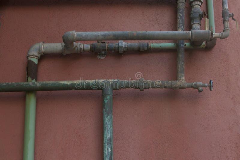 Vert et Aqua Rusty Pipes sur Coral Stucco Wall image libre de droits