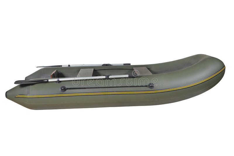 Vert, le caoutchouc, bateau à rames gonflable, d'isolement sur le backgro blanc photos libres de droits