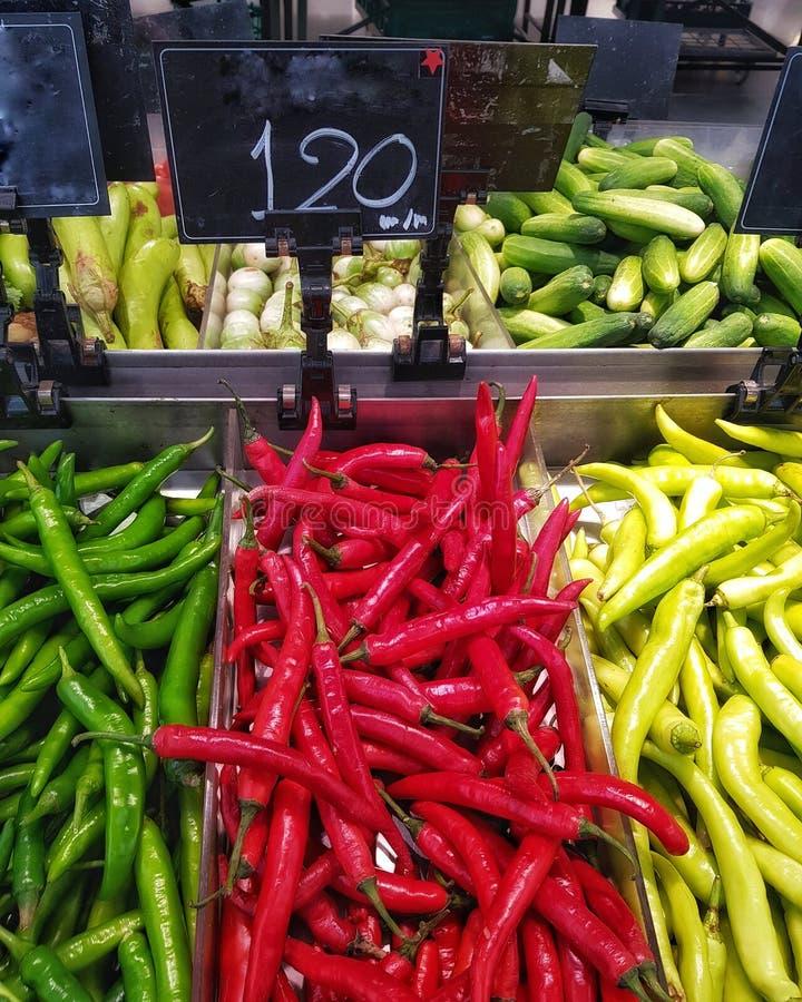 Vert, rouge Chili & x28;poivre de chèvre& x29; dans la zone fraîche du supermarché photo libre de droits