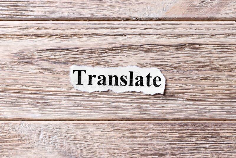 Vertaal van het woord op papier Concept Woorden van Translate op een houten achtergrond royalty-vrije stock afbeelding