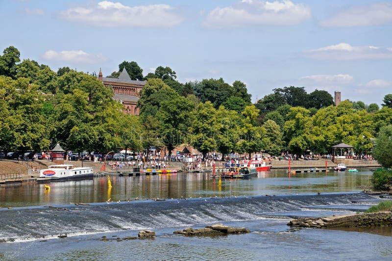 Vertedero en el río Dee, Chester foto de archivo