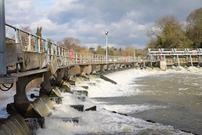 Vertedero en el río Thames imágenes de archivo libres de regalías
