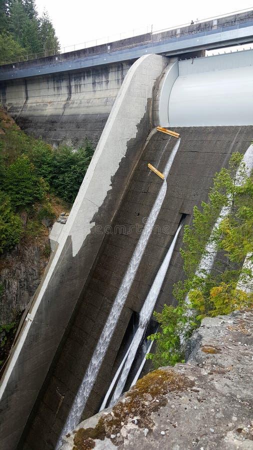 Vertedouro de Cleveland Dam em Vancôver norte, Canadá foto de stock