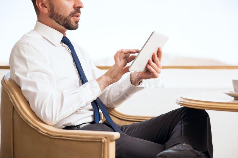 Vertegenwoordiger die een tabletcomputer met behulp van stock afbeeldingen