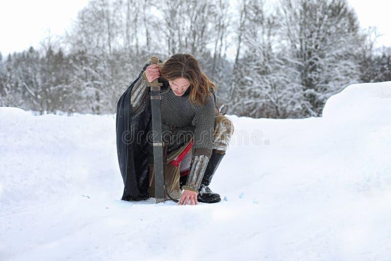 Verteidiger, den der junge Krieger in der Postrüstung mit einer Klinge bewaffnete lizenzfreies stockbild