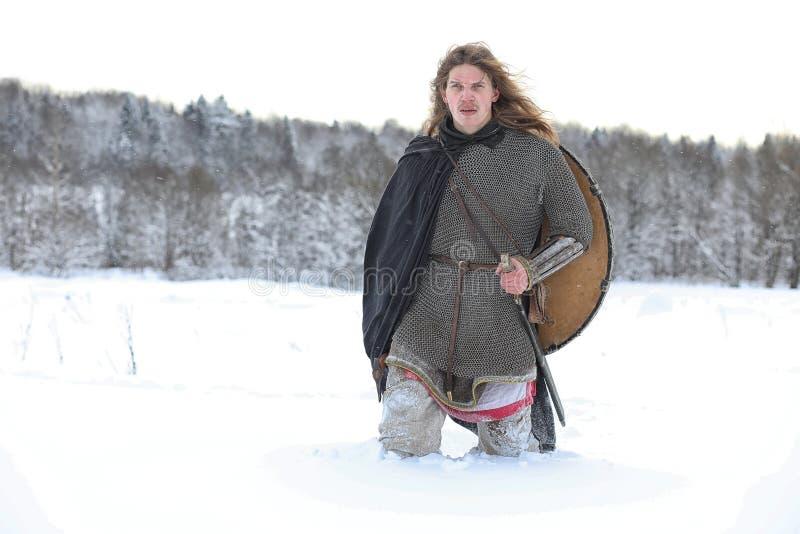 Verteidiger der junge Krieger in der Postrüstung stockfoto
